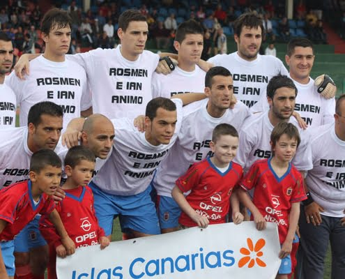 U.D. Lanzarote players wearing T-shirts in support of their injured team mates Rosmen and Englishman Robbo